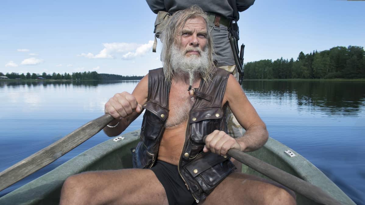 Parrakas mies soutaa keskisuomalaisella järvellä