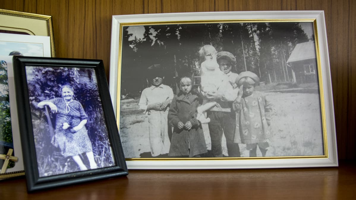 Partisaani-iskusta selvinneet lapset Veikko, Kaisa, Antti, Kalle ja Aune yhteiskuvassa.