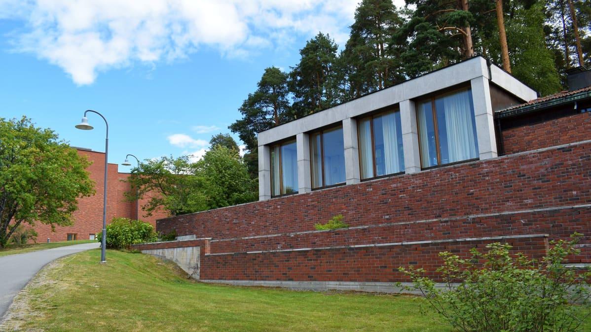 Jyväskylän yliopiston päärakennus ja Lyhty.