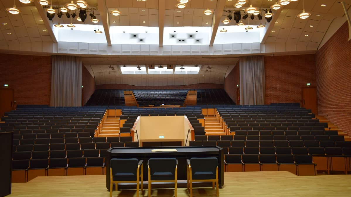 Jyväskylän yliopiston päärakennuksen juhlasali.