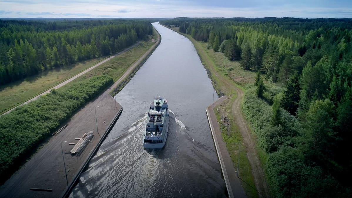 Matkustajalaiva Saimaan kanavalla.