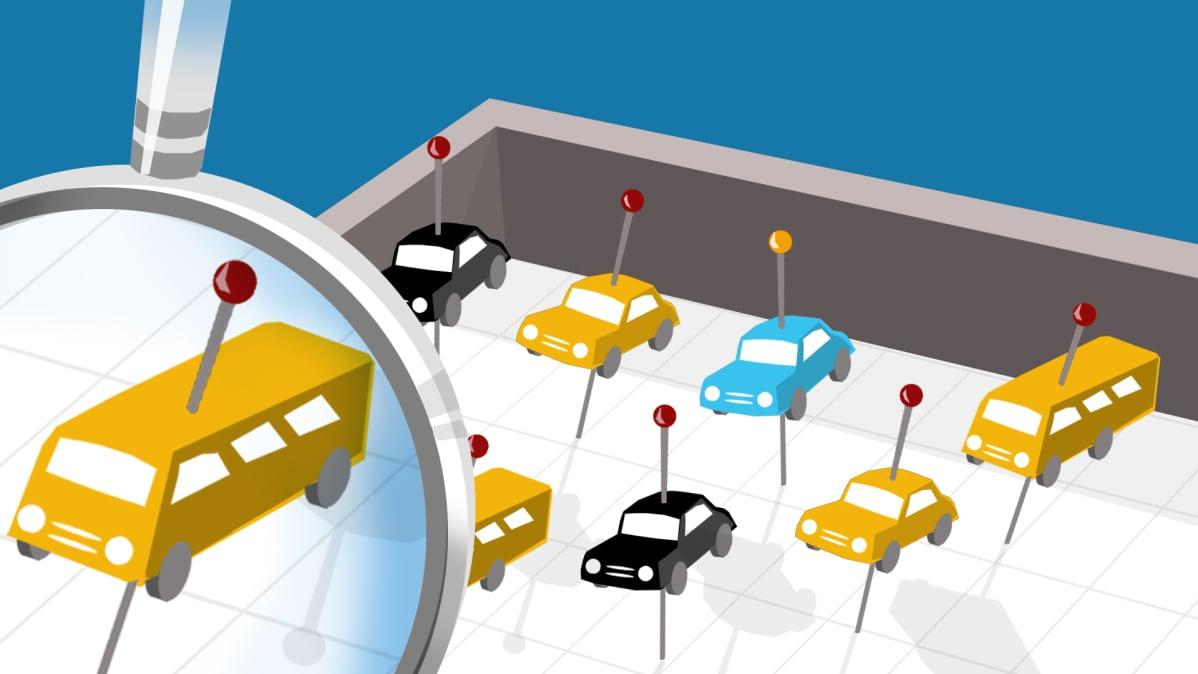 Autoja tarkastelussa näytelaatikossa.