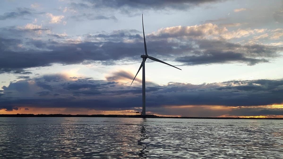 Tuulimylly merellä.