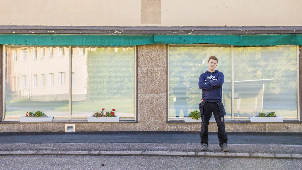 Mies seisoo entisen baarin edessä.