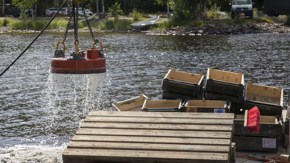 Magneetti nousee järvestä.