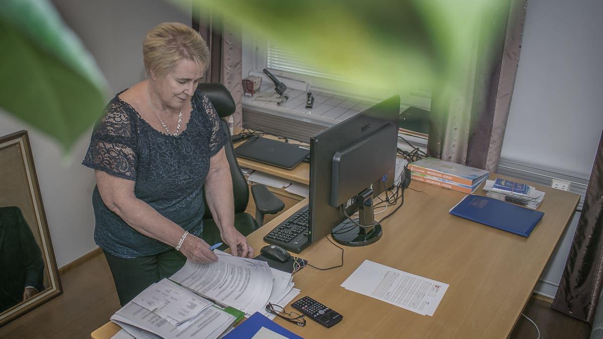 Anitta Rasi työpöydänsä ääressä.