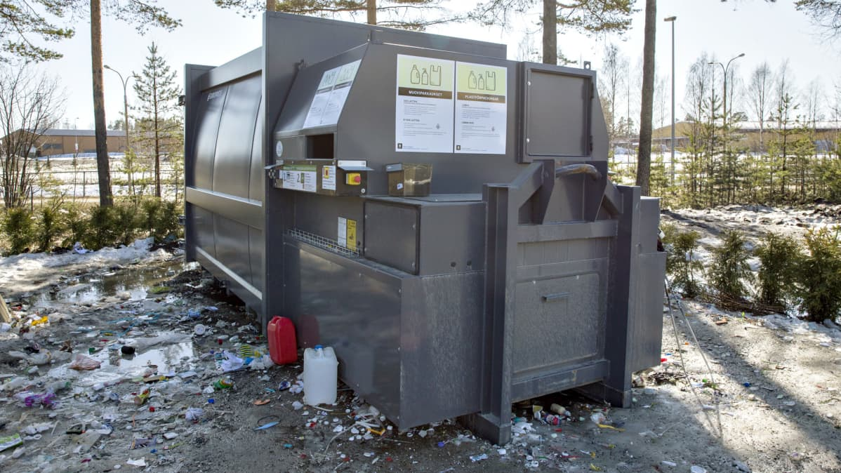 Muovinkeräyspiste kauppakeskuksen parkkipaikalla.