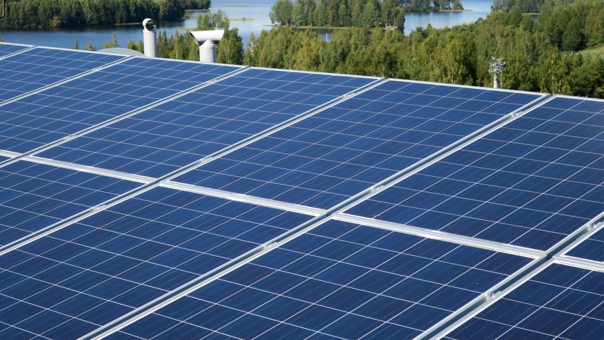 Aurinkopaneeli kerrostalon katolla.