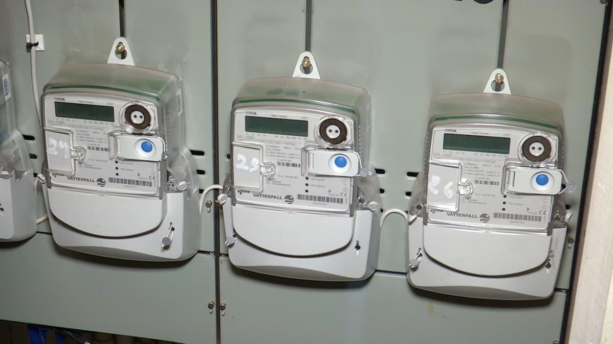 Sähkömittareita rivitalon sähköpääkeskuksessa.