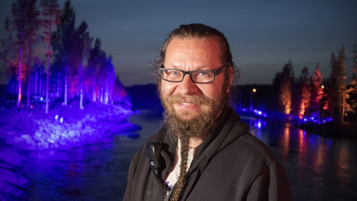 Kari Kola Kuurnan voimalaitoksen valaistulla alajuoksulla.