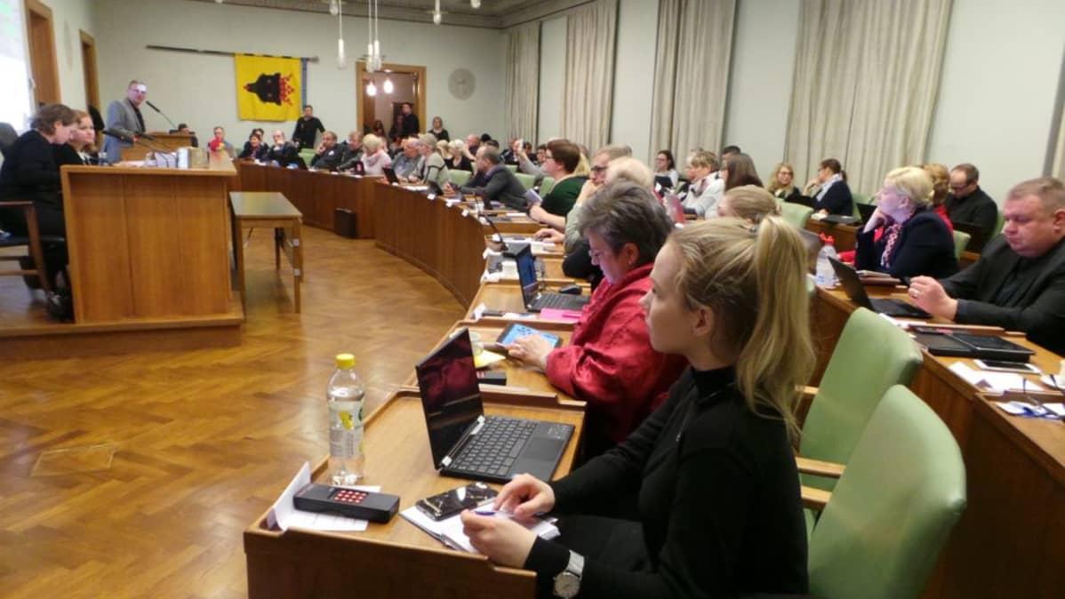 Porin valtuustosali valtuuston kokouksessa helmikuussa 2018