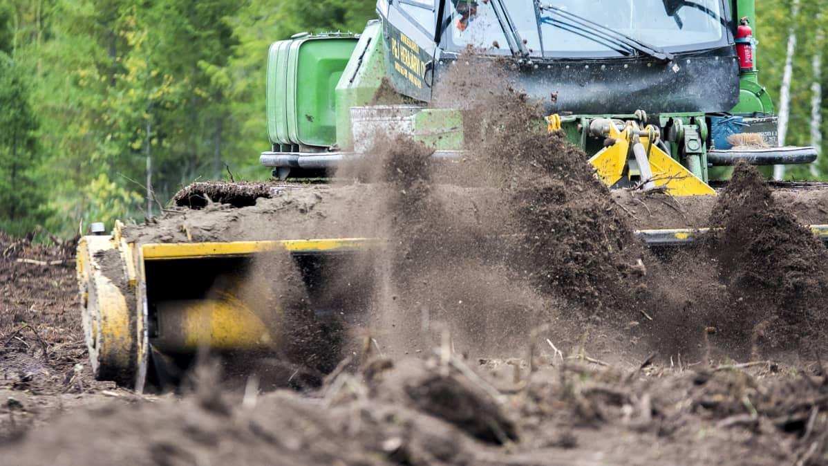 Työkone raivaa peltoa