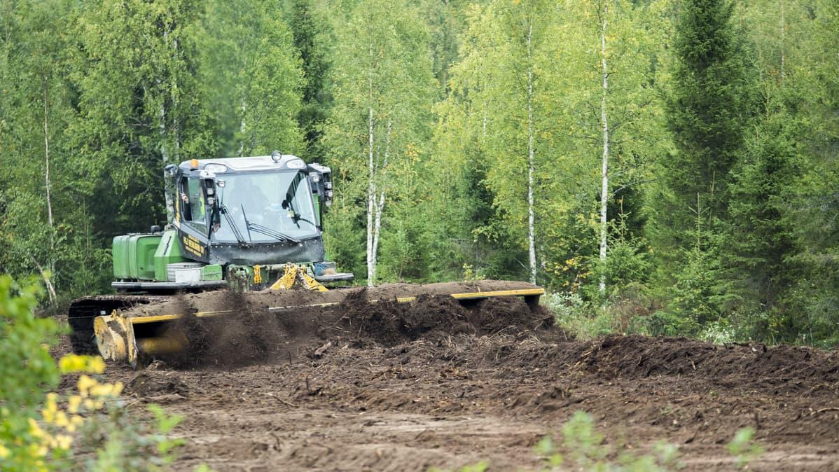 Työkone kone raivaa peltoa