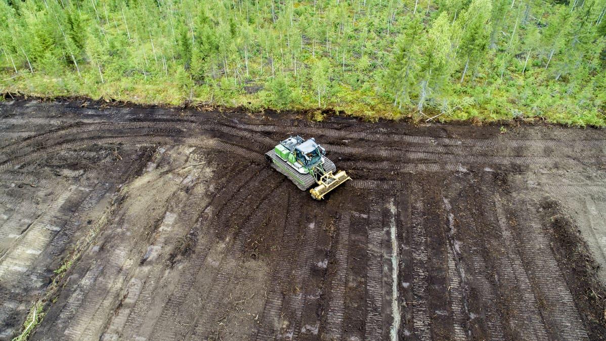 Ilmakuva työkone raivaa peltoa