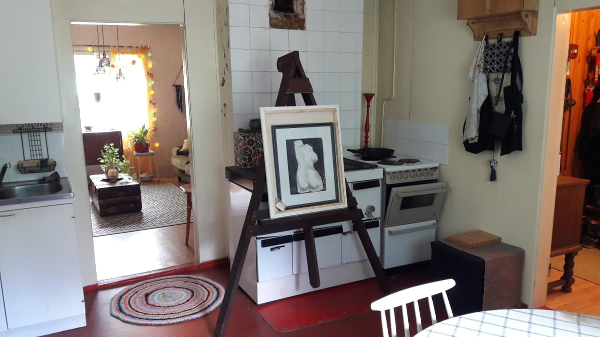Leivinuuni ja taideteos keittiössä