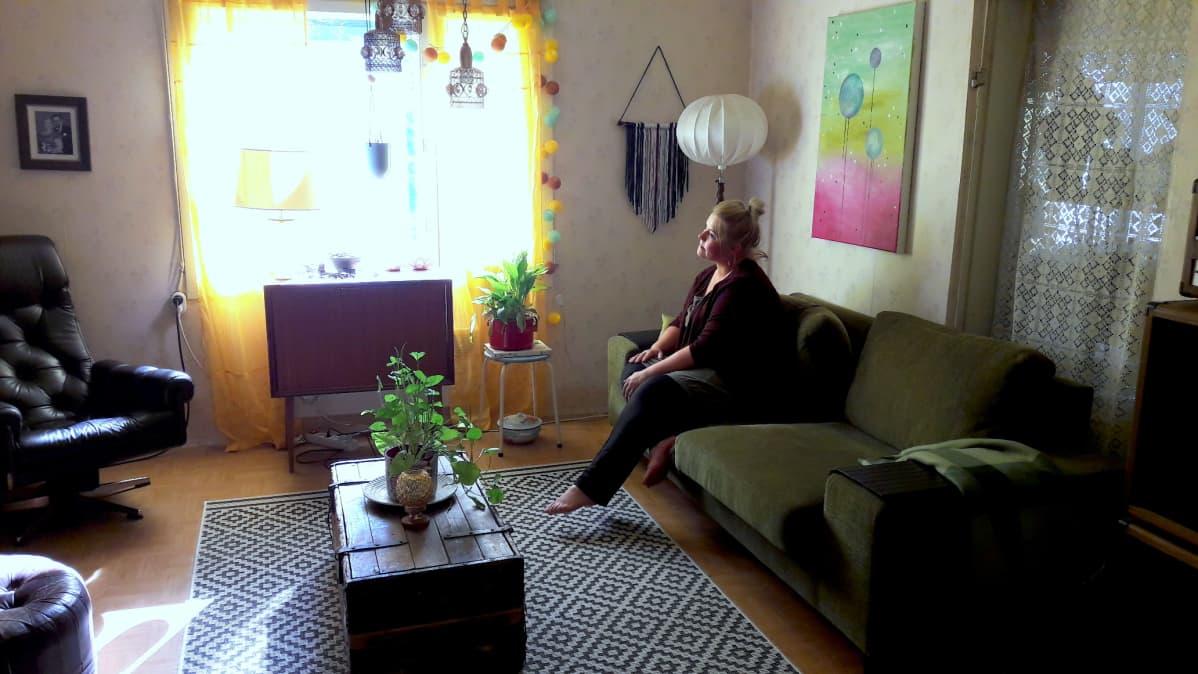 Elisa Hilgén istuu sohvan nurkassa