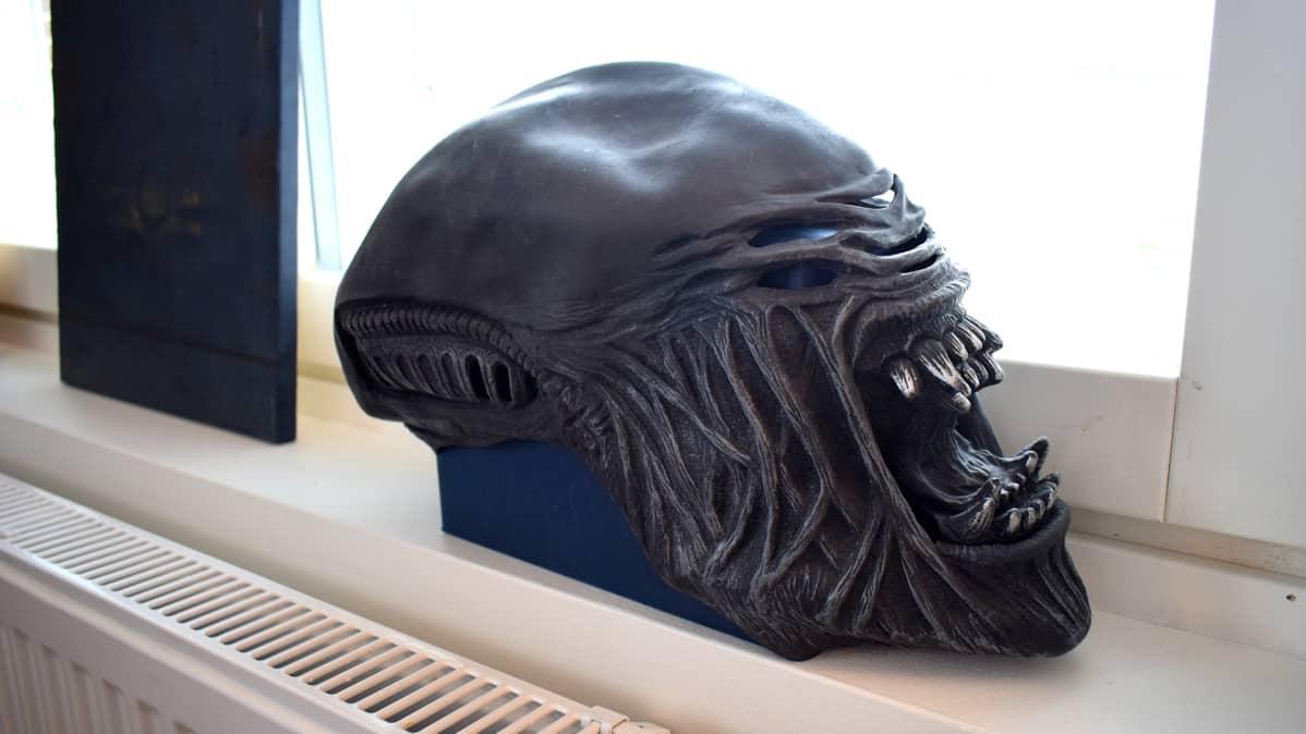 Alien-naamio ikkunalaudalla.