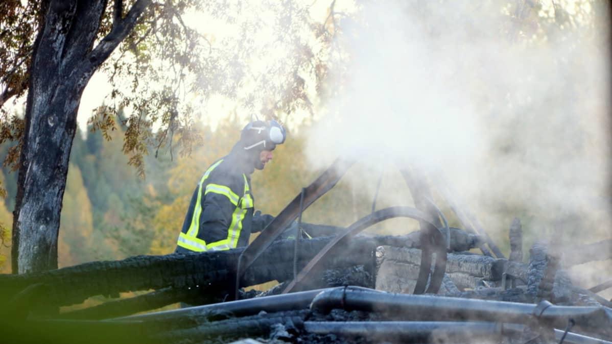 Poliisi tutkii palopaikkaa.