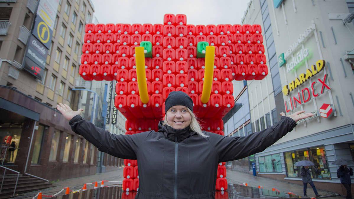 Valon kaupungin koordinaattori Elisa Hillgen ranskalaisen BIBI:n Eléphant Rouge -teoksen edessä.