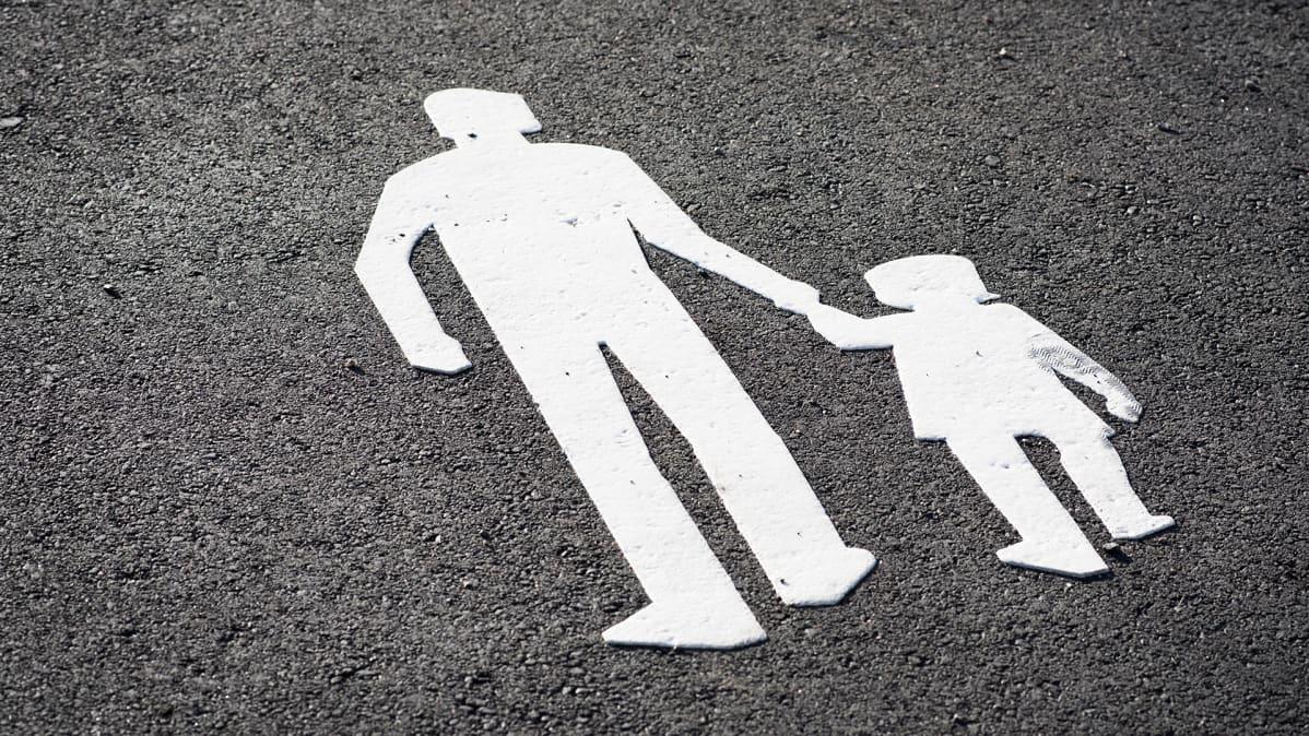 Kävelytien merkki maalattu asfalttiin.