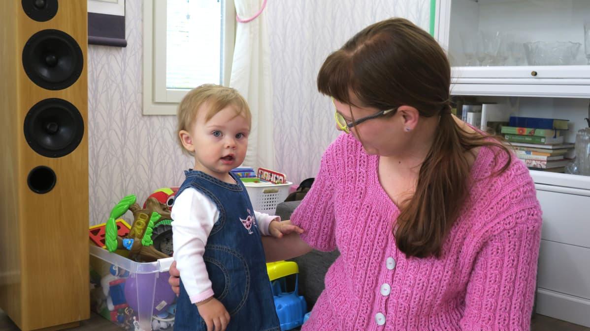 Miia Moilanen katsoo tytärtään.