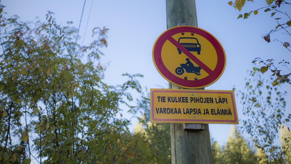 Moottoriajoneuvolla ajaminen kielletty -kyltti
