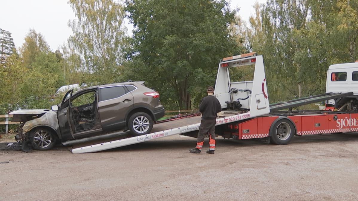 Palanutta autoa hinattiin pois parkkipaikalta.