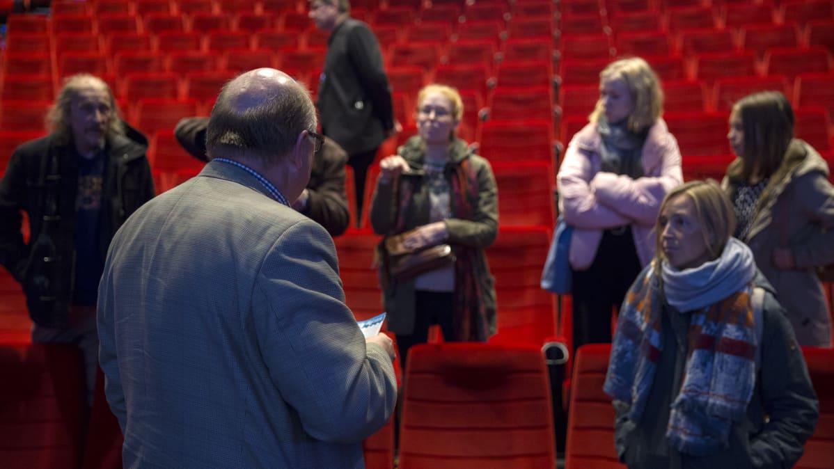 Timo Piilonen käy kärkästä keskustelua ihmisten kanssa tilaisuuden päätyttyä.