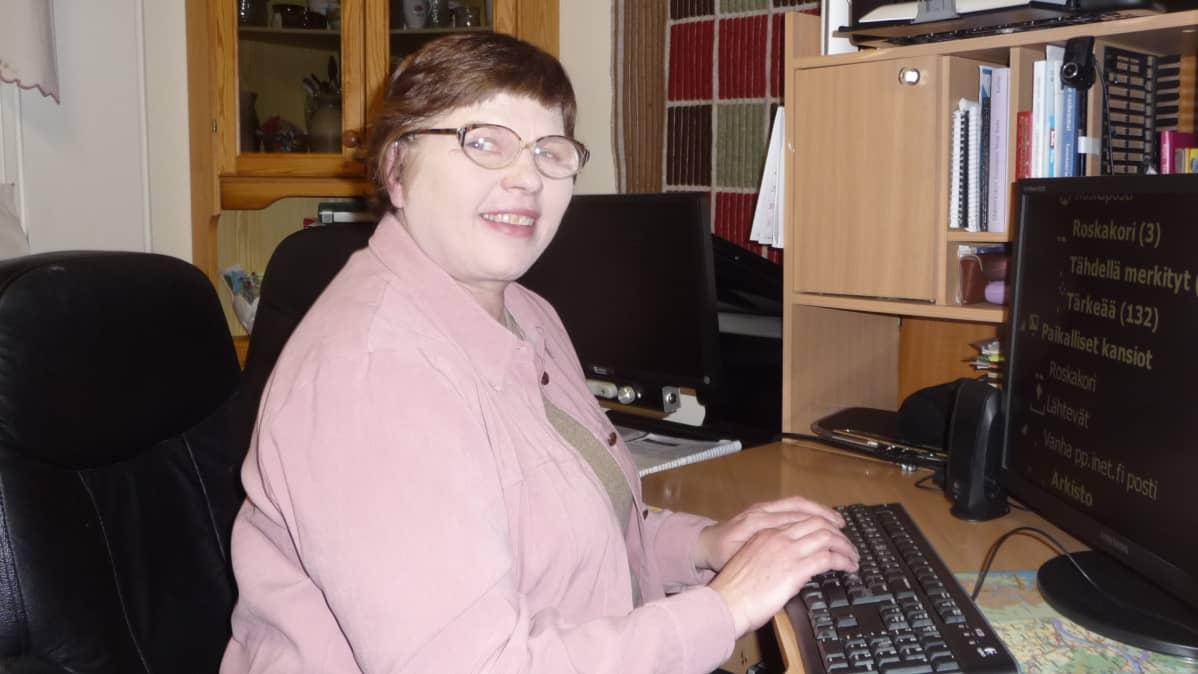 Tietokone on iso apu Tuula Hartikaiselle.