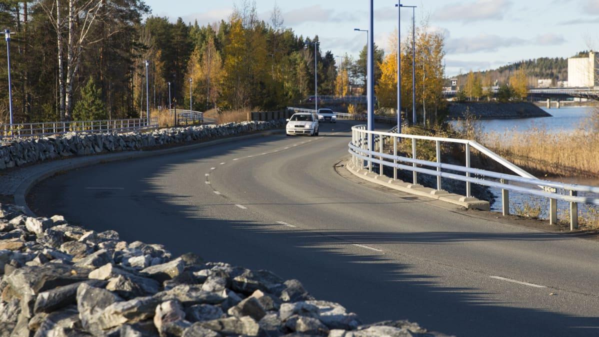 Liikennettä Saaristokadulla Kuopiossa.