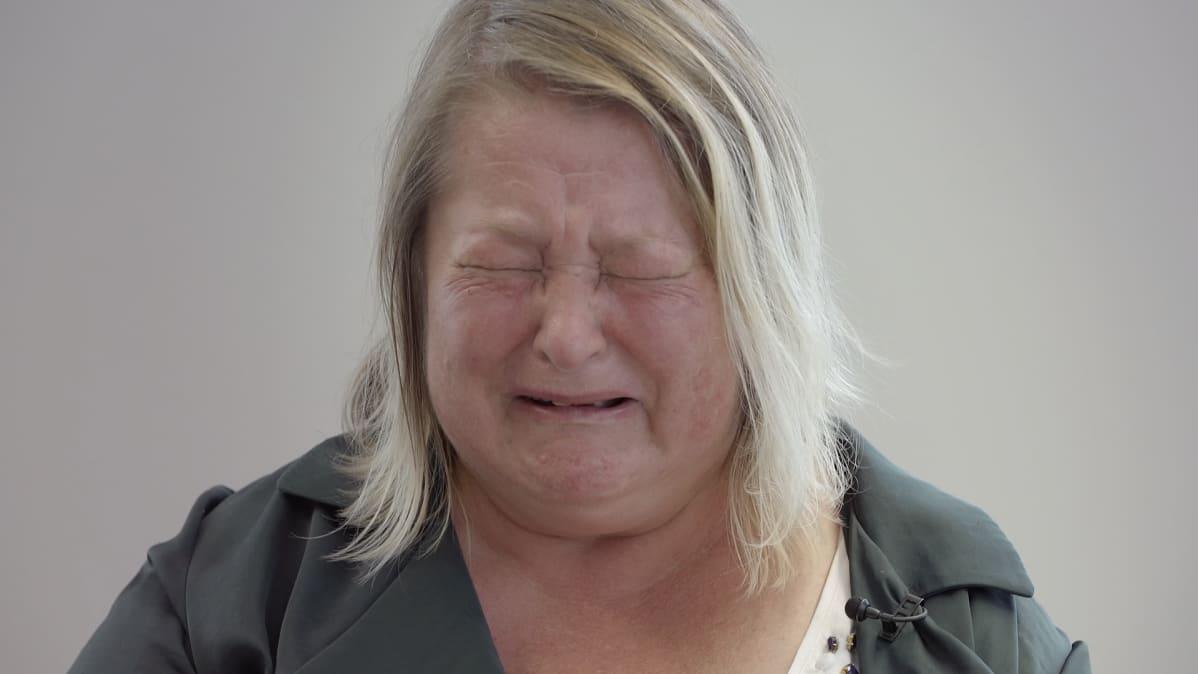 Taina Lehikoinen itkee.