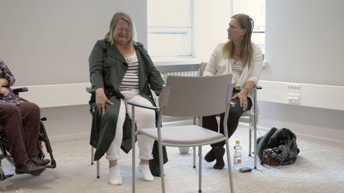 Taina Lehikoinen tekee harjoitusta Radikaali rehellisyys -kurssilla.