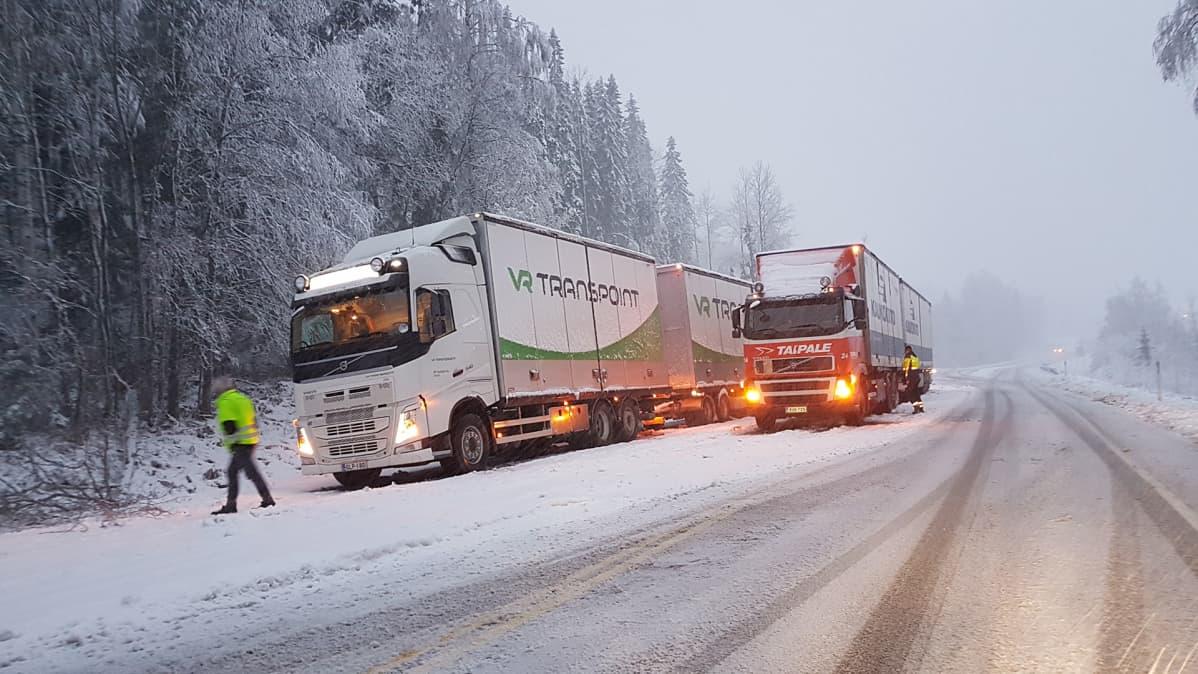 Rekkoja jumissa vt9 Jämsän Juokslahdella menossa Jyväskylän suunnasta kohti Jämsää eli etelään. Henkilöautoliikenne sujuu paikan ohi.