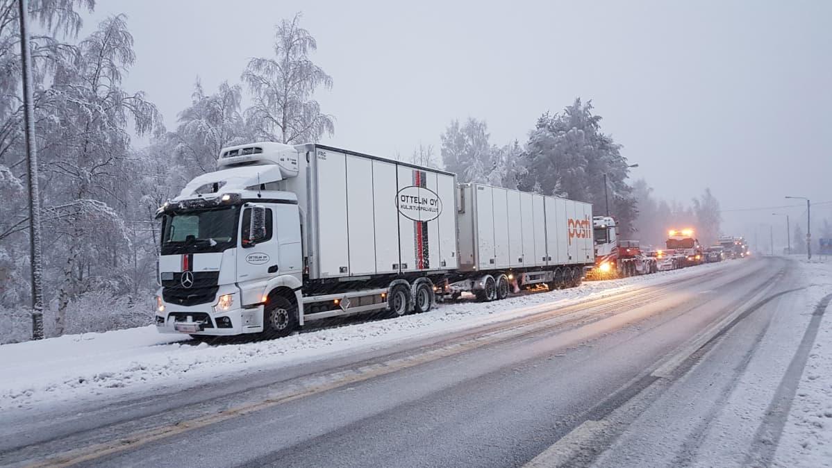 Rekkoja jumissa lumipyryssä Ysitiellä.