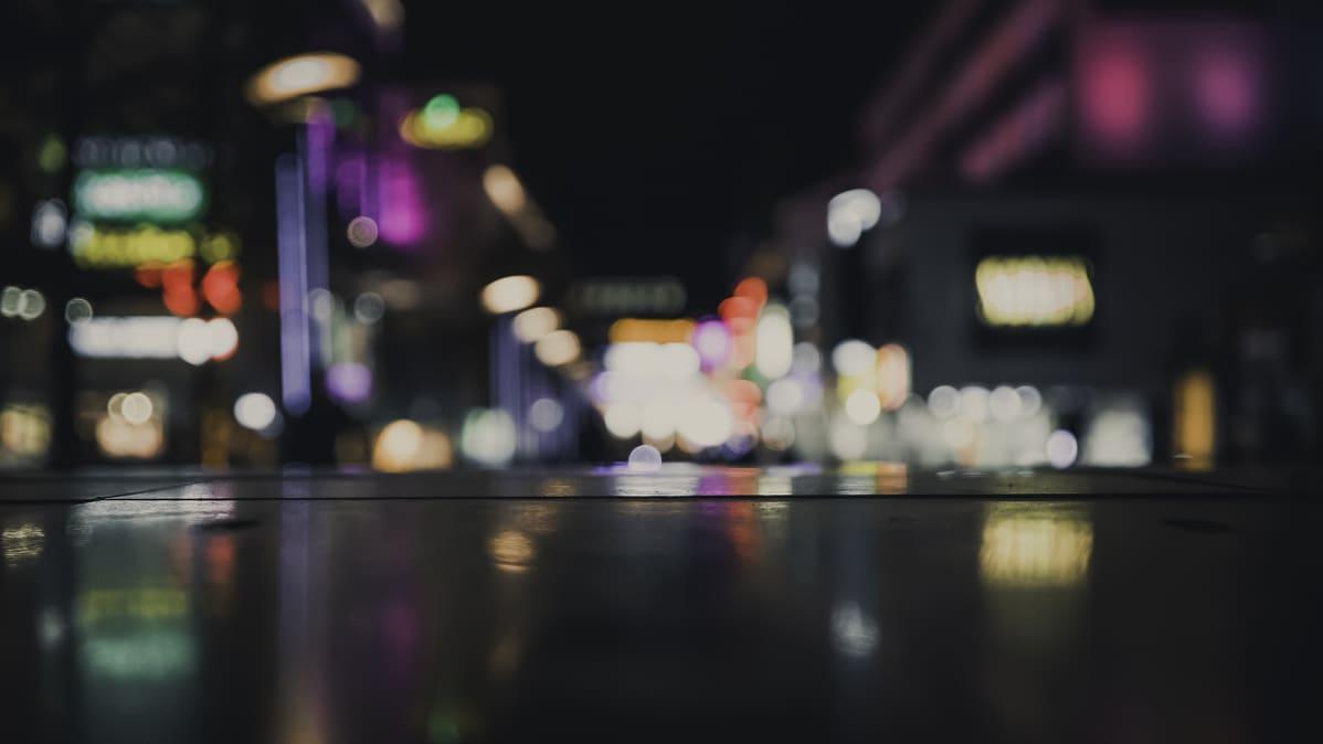 Kaupungin valoja epätarkassa otoksessa.