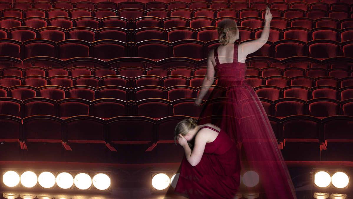 Laulaja joka oikealla kurottaa, vasemmalla kyykistynyt häpeissään lattialle.