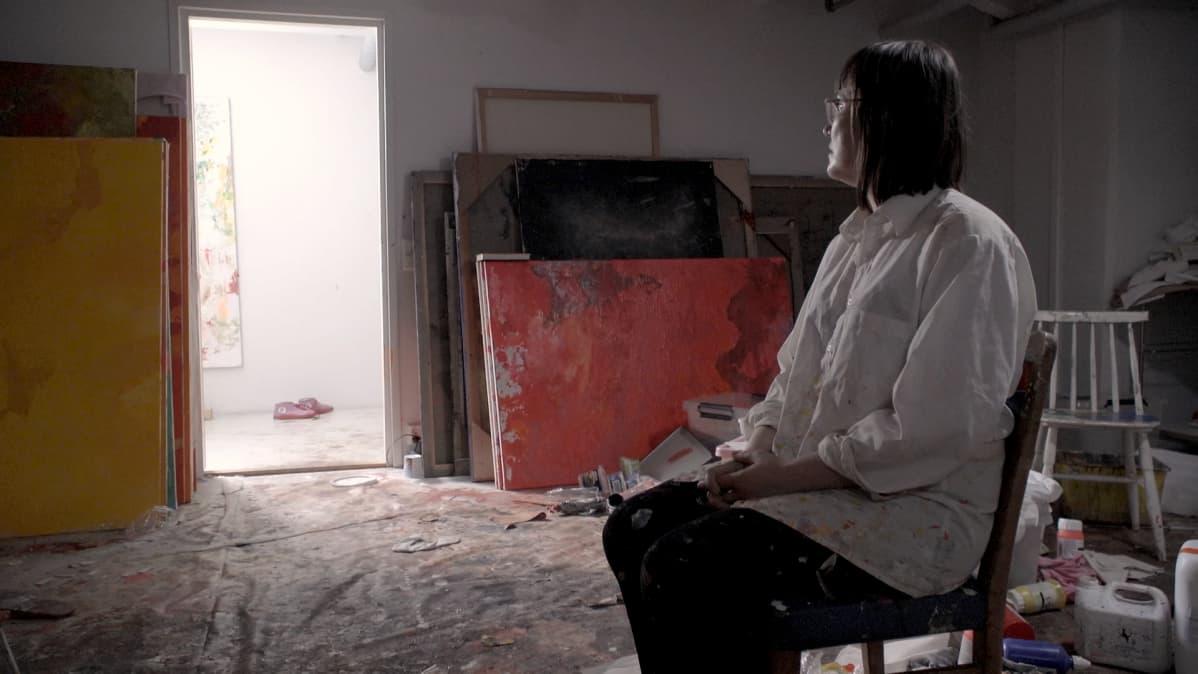 Maaria Oikarinen katsoo työhuoneensa avointa ovea.