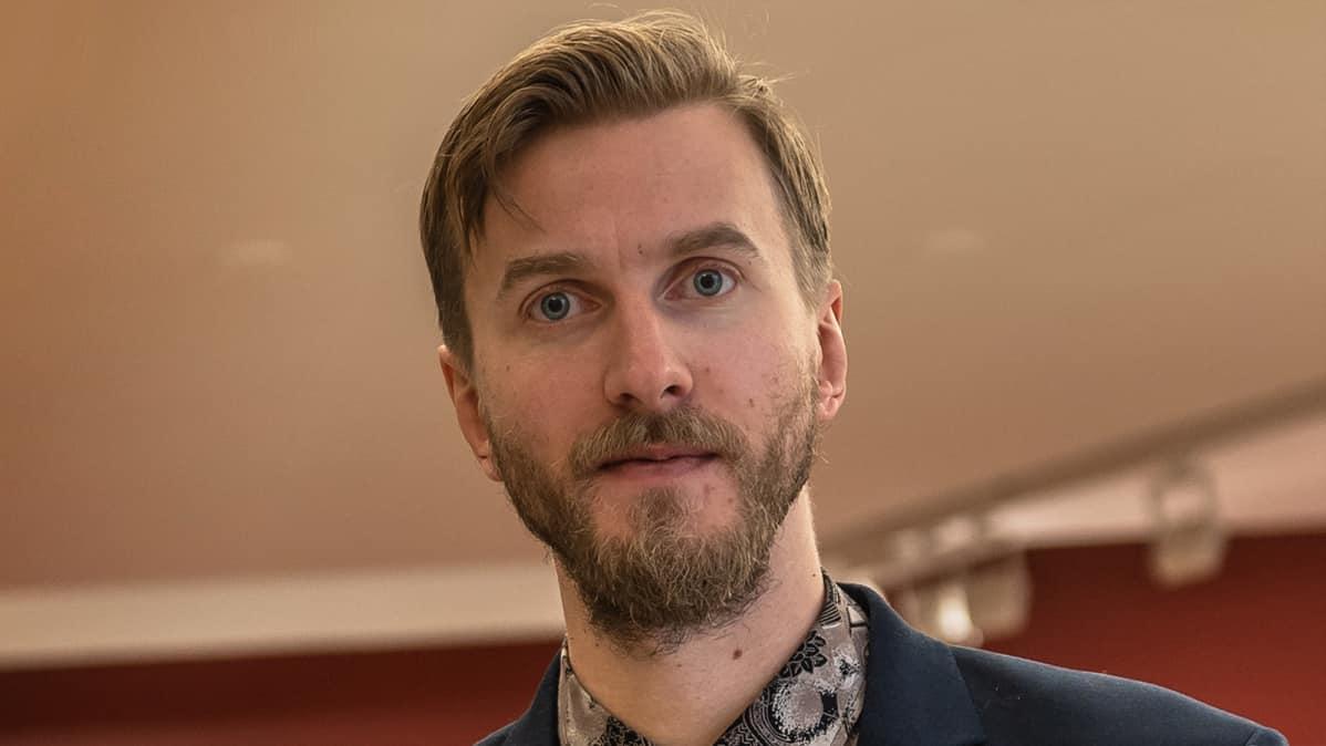 Marraskuun ryhmä -näyttelyn kuraattori, taidehistorioitsija Max Fritze.