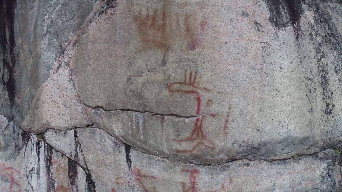 Kalliomaalaus, jossa kaksi hirveä. Niiden yläpuolella kolmiomaisia kiiloja, jotka voivat olla vene.