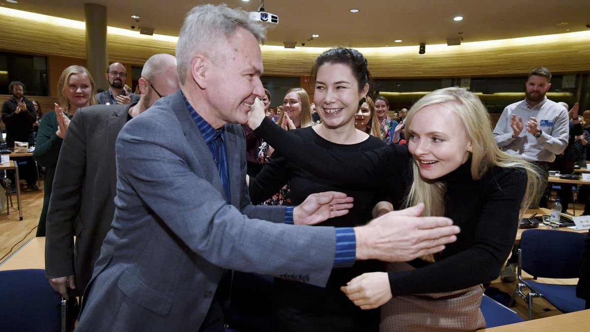 Emma Kari ja varapuheenjohtaja Maria Ohisalo (oik.) onnittelevat kansanedustaja Pekka Haavistoa kun hänet valittiin puolueen väliaikaiseksi puheenjohtajaksi vihreiden puoluevaltuuskunnan kokouksessa Helsingissä 3. marraskuuta