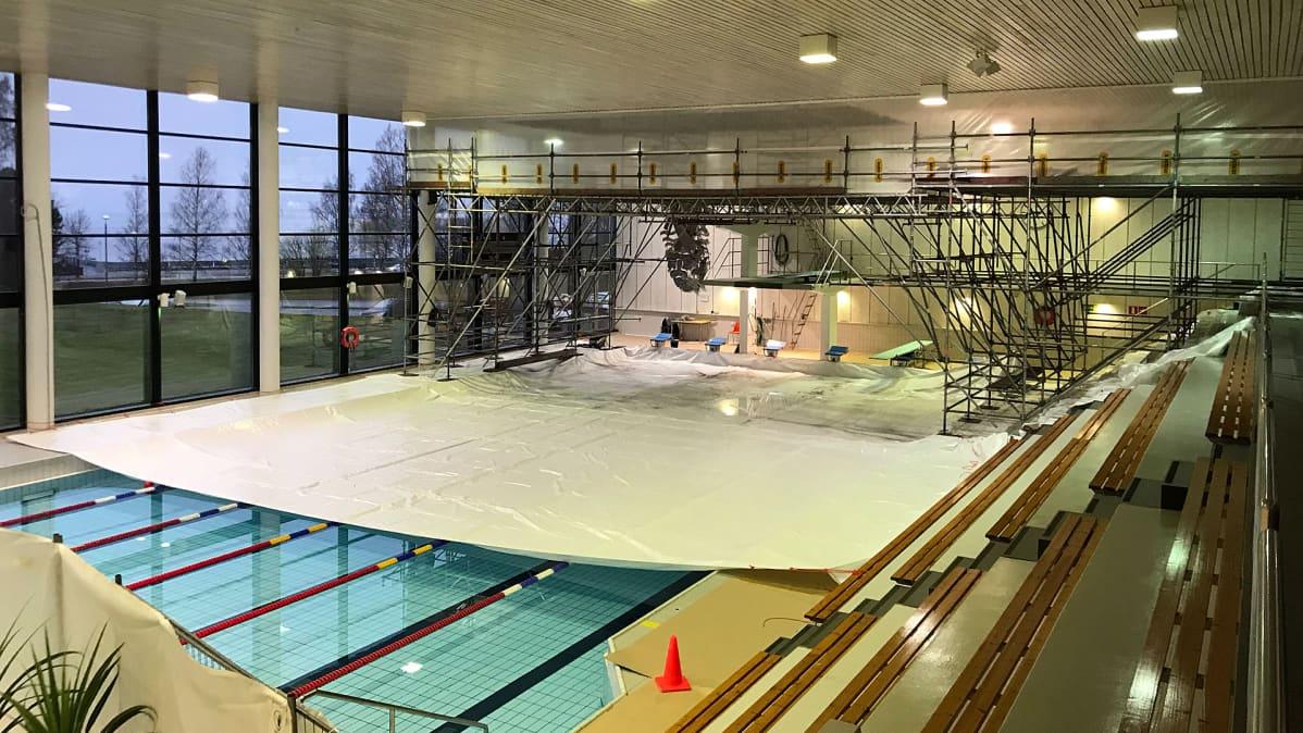 Kemin uimahallin katto on osittain avattu rakennetutkimuksia varten.