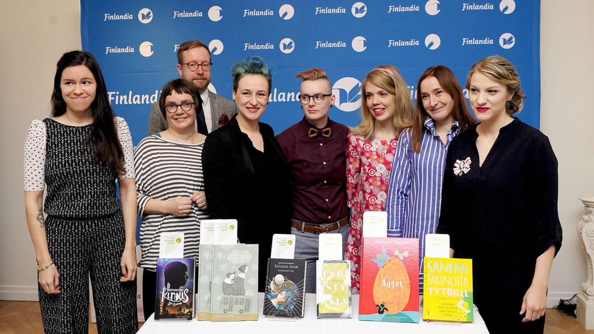 Kuvassa  vasemmalta, Siiri Enoranta, Maija ja Anssi Hurme, Magdalena Hai, Riina Mattila, Sanna Sofia Vuori ja Linda Bondestam sekä Taru Anttonen ja Milla Karppinen.