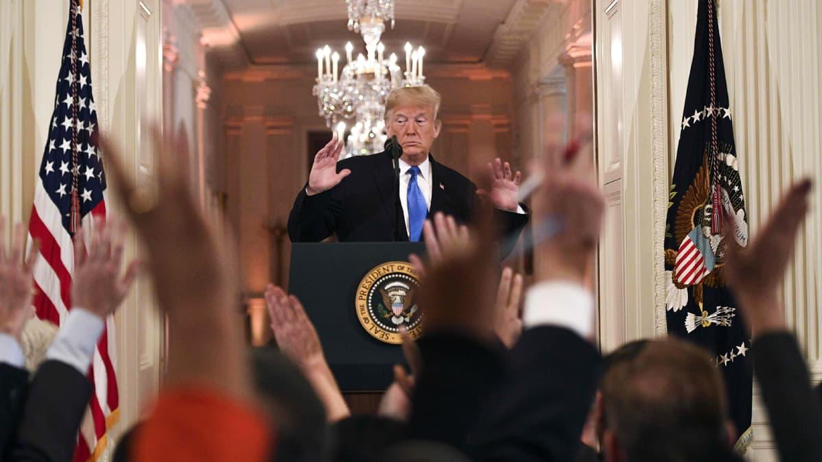 Donald Trump lehdistötilaisuudessa kommentoimassa kongressivaalien tulosta.