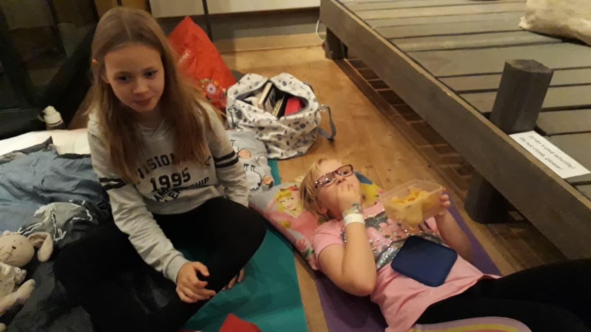 Raumalaisia koululaisia museoyössä