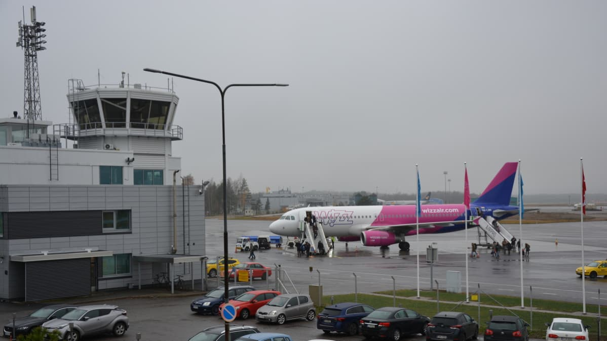 Wizz Airin kone Turun lentoasemalla.