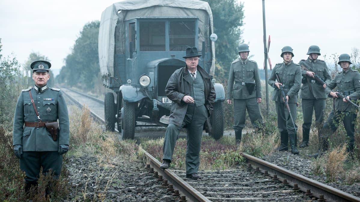 sotilaita junaradalla