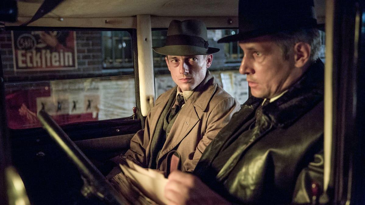 kaksi miestä autossa
