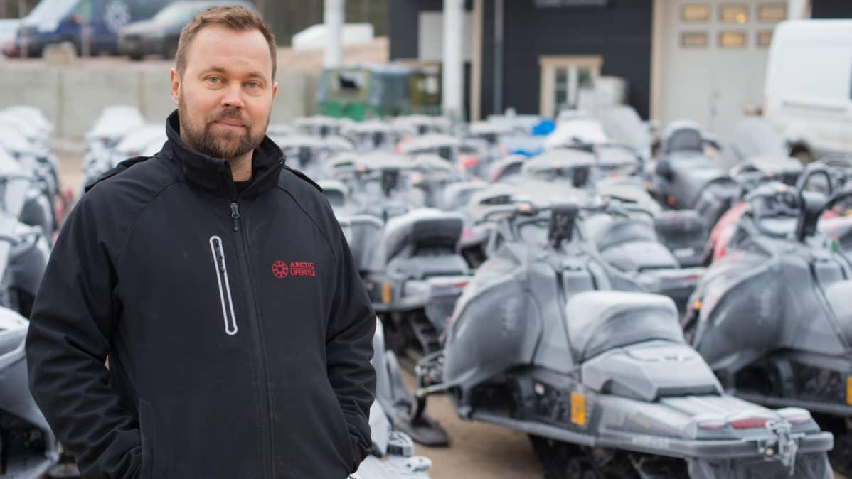 Yrittäjä Juha-Pekka Mikkolalla on viisikymmentä moottorikelkkaa odottamassa lumen tuloa
