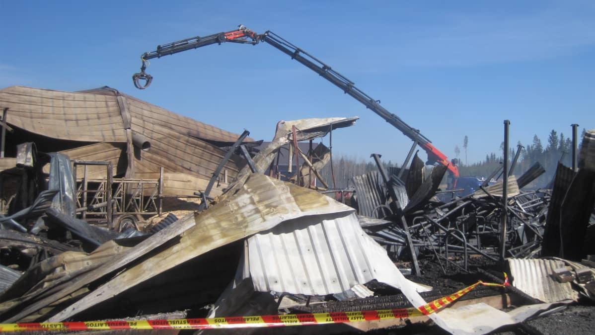 Tulipalon tuhoama navetta Siilinjärven Hamulassa
