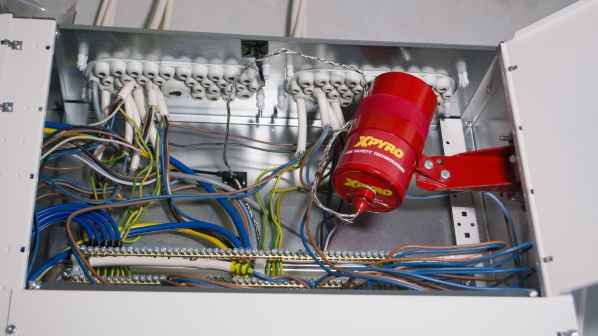 Maatilan sähköpääkeskukseen asennettu automaattisesti laukeava palon sammutuslaitteisto